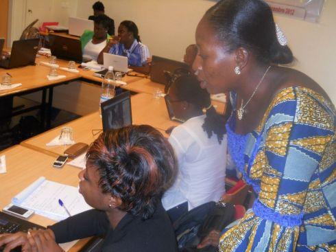 La formatrice, Mme Rasmata Ouedraogo prodiguant des conseils à une impétrante.