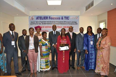 photo de familles avec les autorités, les membres de l'ONG Femmes et Tic et les autorités de tutelle.