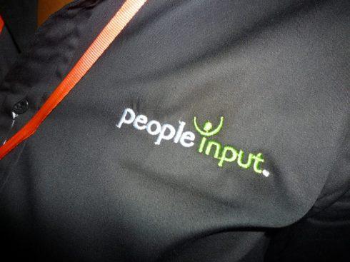 un polo brandé People Input