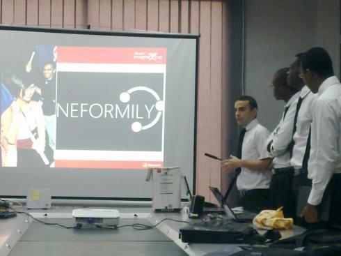 La team Kernel lors de la présentation de son projet Neformily aux membres du jury de Imagine Cup Abidjan