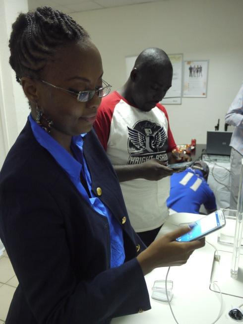 Les blogueurs Edith Brou et Cyriac Gbogou essayant le Samsung Galaxy S4