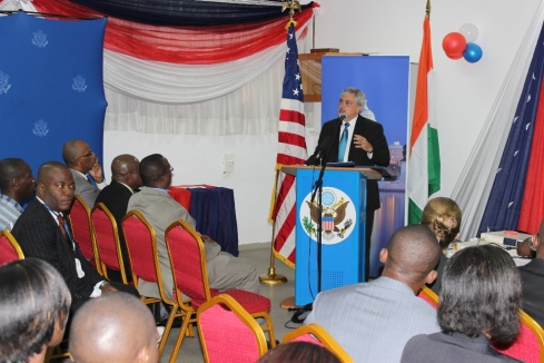 L'Ambassadeur Phillip Carter III face au public de l'American Corner
